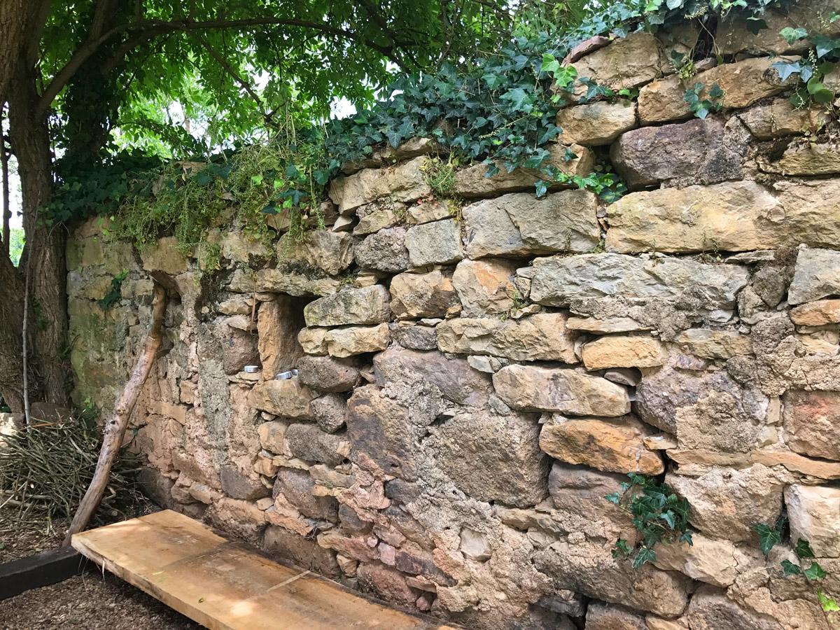 Oude tuinmuur met kaarsjes